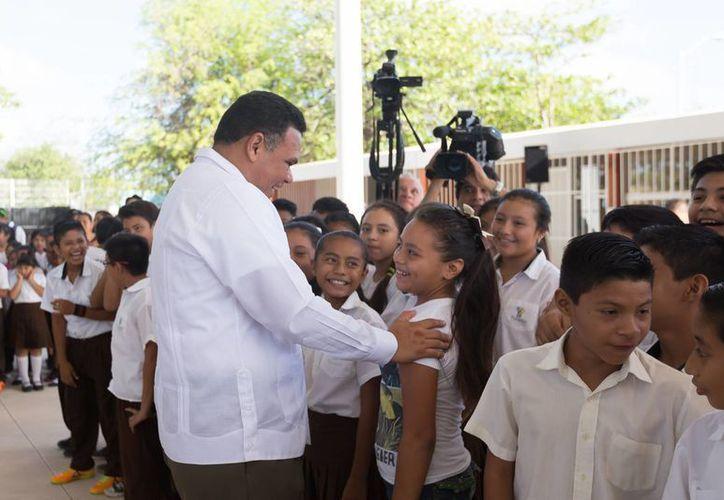 """Este jueves el Gobernador de Yucatán estuvo presente en la entrega de obras de mejora en la primaria """"Lázaro Cárdenas del Río"""", al sur de Mérida. (Fotos cortesía del Gobierno de Yucatán)"""