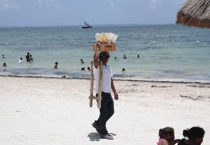 El operativo de inspección en arenales de Cancún, para inhibir el ambulantaje, concluye el 18 de agosto. (Tomás Álvarez/SIPSE)