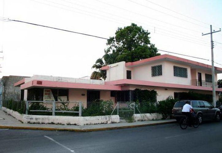 """La """"Casa Zurita"""", ubicada en las calles 57 por 68 del Centro de Mérida, donde se cometió un doble homicidio, es ejemplo de un predio que no se vende. (Jorge Moreno/SIPSE)"""