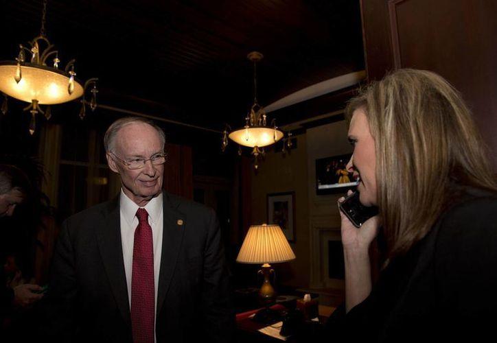 Imagen del 4 de noviembre de 2014 que muestra al gobernador Robert Bentley y a su asesora Rebekah Mason. (Archivo AP/Brynn Anderson)