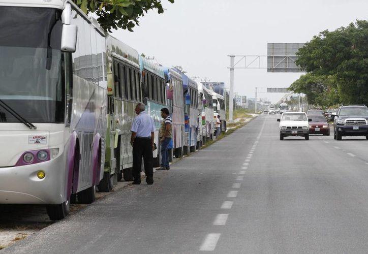 Los transportistas estacionaron sus unidades a la orilla de la carretera. (Sergio Orozco/SIPSE)