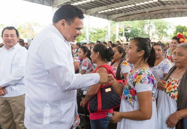 El gobernador de Yucatán, Rolando Zapata Bello, entregó apoyos para artesanos. (SIPSE)