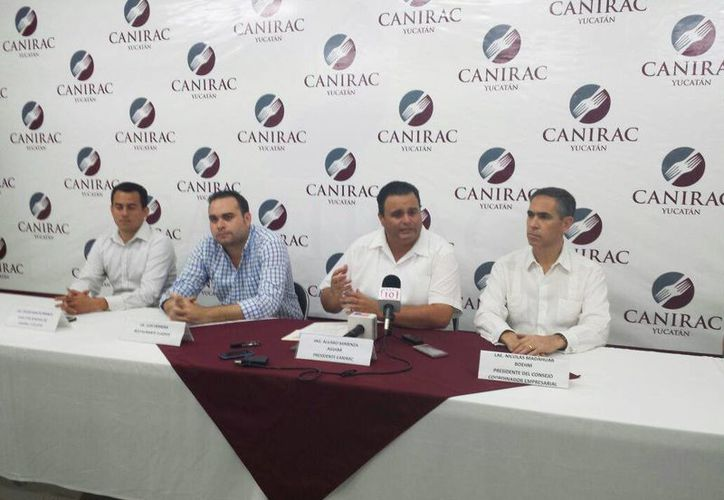 Imagen de la rueda de prensa de la directiva de la Canirac al anunciar los descuentos que diversos restaurantes ofreceran el próximo 7 de junio. (Candelario Robles/SIPSE)
