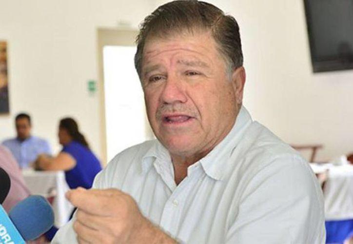 El alcalde Macuspana, Tabasco, José Eduardo Rovirosa Ramírez, intercaló vivas a su persona en la ceremonia de El Grito, el 15 de septiembre de 2016. (Foto: www.elimparcialdetabasco.com)