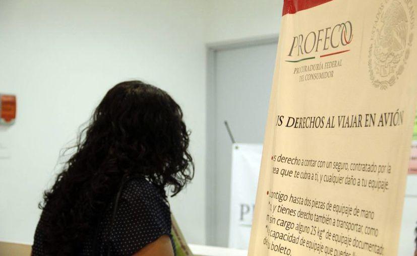 La Profeco estableció un módulo en el Aeropuerto Internacional de Mérida, pero también atiende en centrales camioneras en el marco de las vacaciones. (SIPSE)