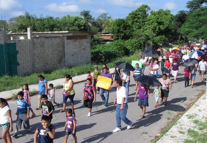 Maestros, acompañados por padres de familia y algunos estudiantes, marcharon por las calles de la ciudad. (Manuel Salazar/SIPSE)