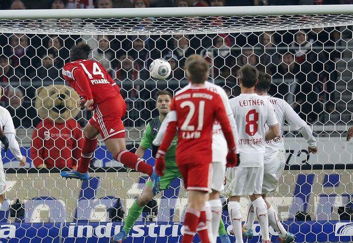 Bayern perdía desde el minuto 29, pero Pizarro (i) y Thiago en los descuentos le dieron la vuelta al marcador ante el Stuttgart. (Agencias)