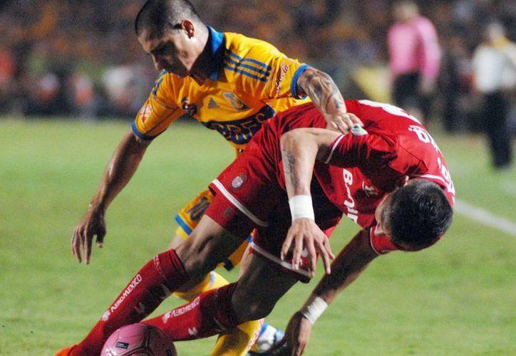 """Al Toluca le costó mucho trabajo  abrir el esquema defensivo de Tigres, diseñado por """"Tuca"""" Ferreti. (Notimex)"""