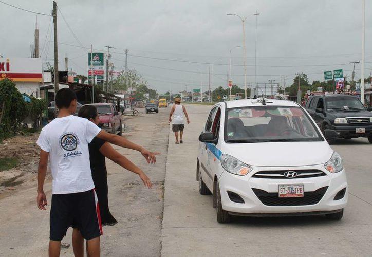 Baches dan mala imagen a los turistas y dañan los vehículos de servicio público. (Carlos Horta/SIPSE)