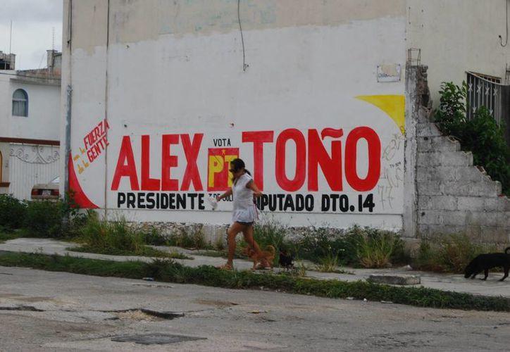 El plazo para retirar la propaganda venció hace una semana, y se les otorgaron tres días extras para dar oportunidad de quitar la basura electoral en su totalidad. (Tomás Álvarez/SIPSE)