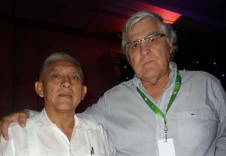 El director del IDEY, Juan Sosa Puerto, con Nelson Vargas, que vertirá su experiencia en Yucatán. (Milenio Novedades)