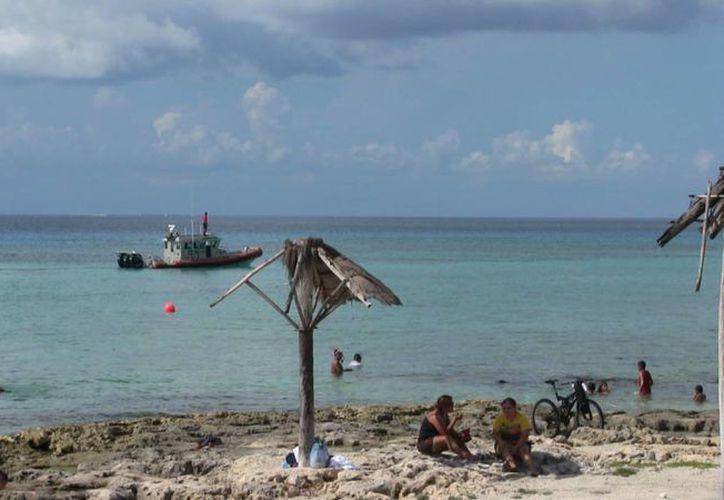 El supuesto extravío del pescador generó la movilización de Protección Civil, la Semar, la Ensar y de una ambulancia. (Irving Canul/SIPSE)