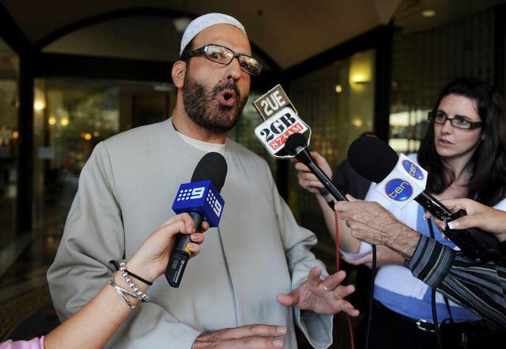 Imagen del 2011 donde se ce a Man Haron Monis salir del Centro Downing en Sydney después de una audiencia previa al juicio, donde se le acusaba de enviar cartas ofensivas a las familias de los soldados muertos en Afganistán. (Agencias)