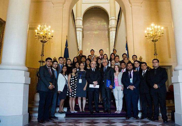 Los 17 jóvenes mexicanos que concluyeron sus estudios en el Colegio de la Globalización tuvieron de compañeros a estudiantes de otros 9 países, la mayoría latinoamericanos. (NTX)