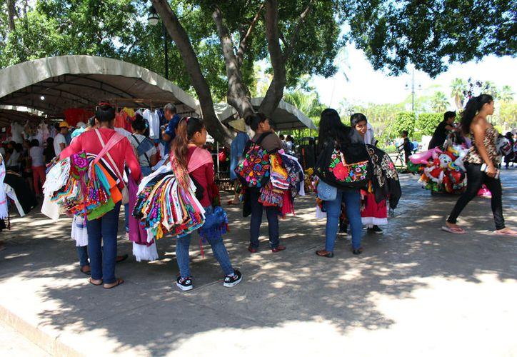 Los ambulantes esperan a los turistas en los accesos de la Plaza Grande. (Novedades Yucatán)