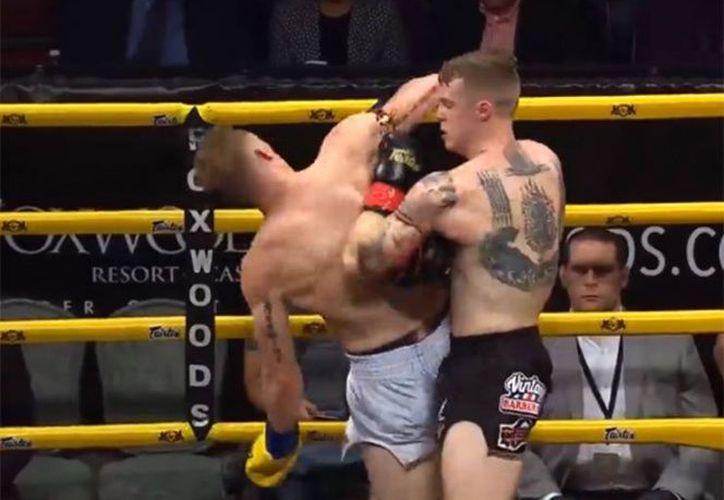 Al ver las condiciones del peleador, el árbitro decidió suspender el combate.(Adrenalina/Captura)
