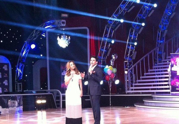 Ingrid Coronado y Mauricio Barcelata al ser presentados como los conductores del 'reality' infantil. (@Navarro_Hector)