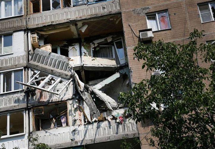 Imagen de los daños en un edificio de apartamentos, causados por los bombardeos de las fuerzas armadas de Ucrania, en Donestk, ciudad sitiada por los rebeldes prorrusos. (AP)