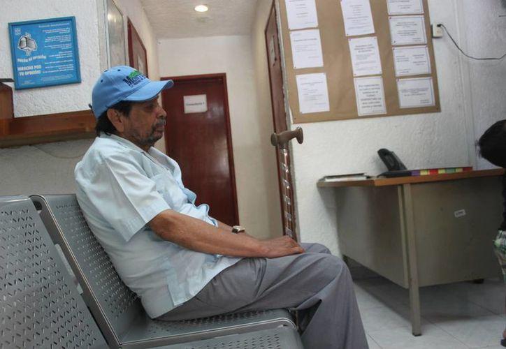 Luis Malo Ángeles denuncia que tuvo que retirarse de las instalaciones del Issste sin la curación que necesitaba. (Daniel Pacheco/SIPSE)
