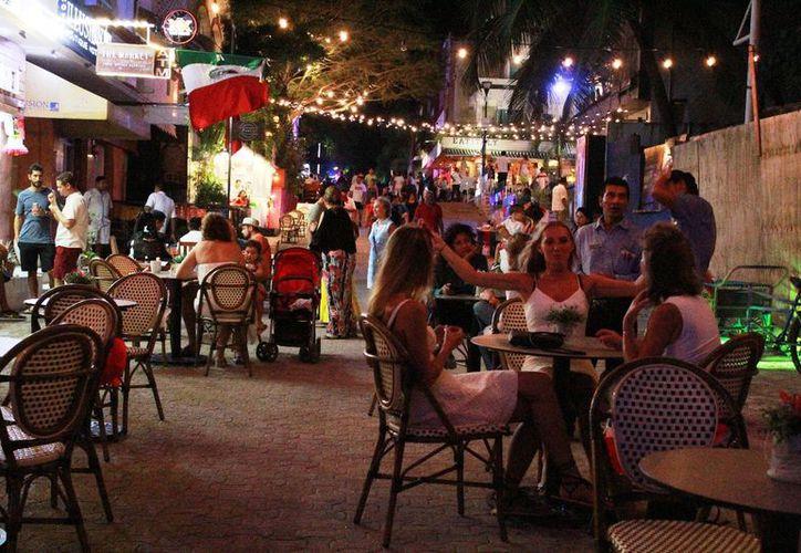 En la Quinta Avenida de Playa del Carmen,operan alrededor de  200 restaurantes, beneficiando a más de dos mil trabajadores. (Octavio Martínez/SIPSE)
