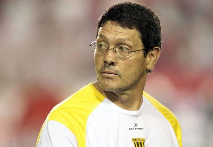 Es el técnico Mauricio Soria, del club Real Potosí, que fue acusado por discriminar a la entrenadora boliviana del Sport Boys, Hilda Ordóñez. (EFE/Archivo)