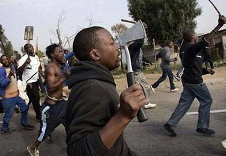 Habitantes de pueblo agrícola de Tzaneen en la provincia de Limpopo, en Sudáfrica, arremetieron contra una estación de policía. La manifestación se tornó violenta y murieron 2 personas en el enfrentamiento con la policía. (panorama.com.ve)