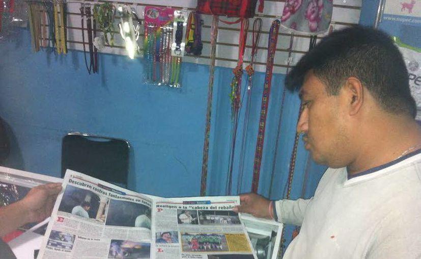 Amado Contreras observa la nota publicada en De Peso Municipios; no la había visto hasta ese momento. (Jorge Moreno/SIPSE)