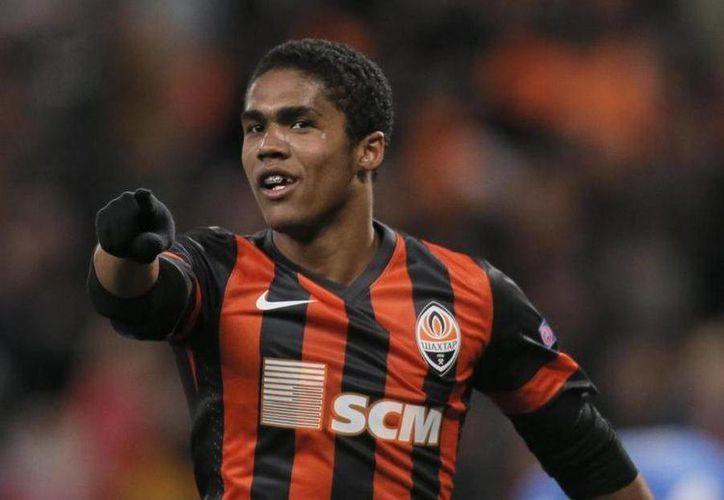 Douglas Costa rechazo regresar a Ucrania tras disputar un partido amistoso en Francia contra el Olympique de Lyon. (AP)