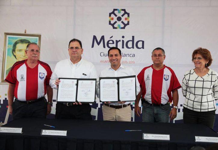 Imagen de la firma entre el alcalde de Mérida, Mauricio Vila y los directivos de la Universidad marista, para la creación del Centro de Música infantil y juvenil del Centro Marista de Desarrollo (Cemade), en el sur de Mérida. (Milenio Novedades)