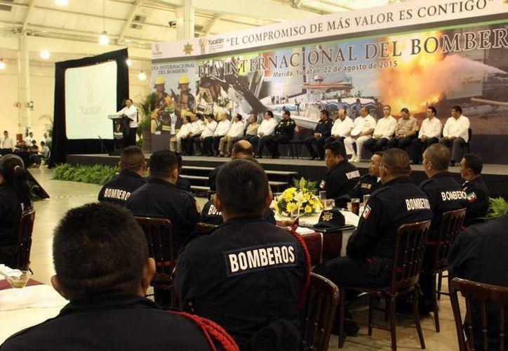 Imagen del evento encabezado por el Gobernador de Estado por el día de los bomberos, en donde se entregaron reconocimientos y estímulos económicos. (Milenio Novedades)