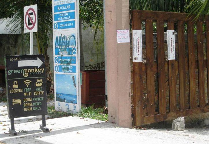 Cuatro hostales de Bacalar fueron clausurados; la dirección de  Ecología y Medio Ambiente, colocó sellos en las entradas. (Javier Ortiz/SIPSE)