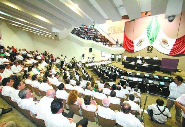 Entre los asistentes al adiós al Viejo Congreso de Yucatán estuvieron la exdirigente nacional del PRI, Dulce María Sauri Riancho, y el exgobernador de Yucatán Francisco Luna Kan. (SIPSE)