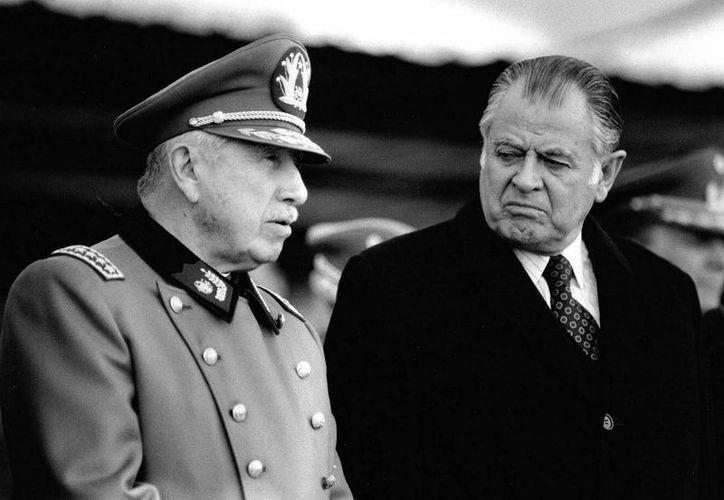 El expresidente chileno Patricio Aylwin Azócar (1990-1994), quien asumió el poder tras el fin de la dictadura de Augusto Pinochet (1973-1990), murió hoy aquí producto de complicaciones de salud, informó su familia. En la imagen, Aylwin acompañado de Pinochet en una Parada Militar en honor de las Glorias del Ejército durante su gobierno. (Notimex)