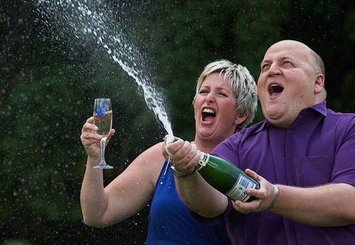 Imagen del matrimonio Bayford al momento de festejar su premio en el 2012. Hoy los dos están separados y en quiebra. (Archivo/AFP)