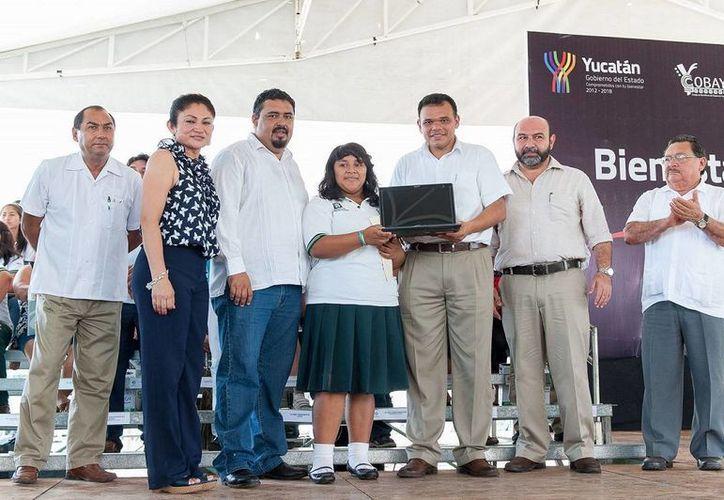 Ayer en Tixkokob, el Gobernador entregó computadoras a 765 alumnos del COBAY  inauguró el octavo Centro Comunitario de Bienestar Digital que atenderá a 3,323 estudiantes de 11 primarias, cinco secundarias y un plantel de nivel medio superior. (Cortesía)