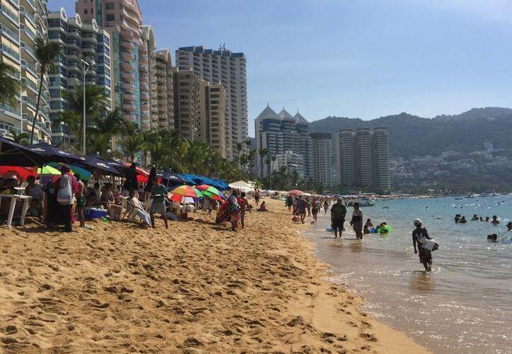 El turismo se vio afectado desde 2009, a raíz de la crisis económica internacional y los problemas de inseguridad en México. Imagen de una playa de Acapulco, Guerrero. (Archivo/Notimex)