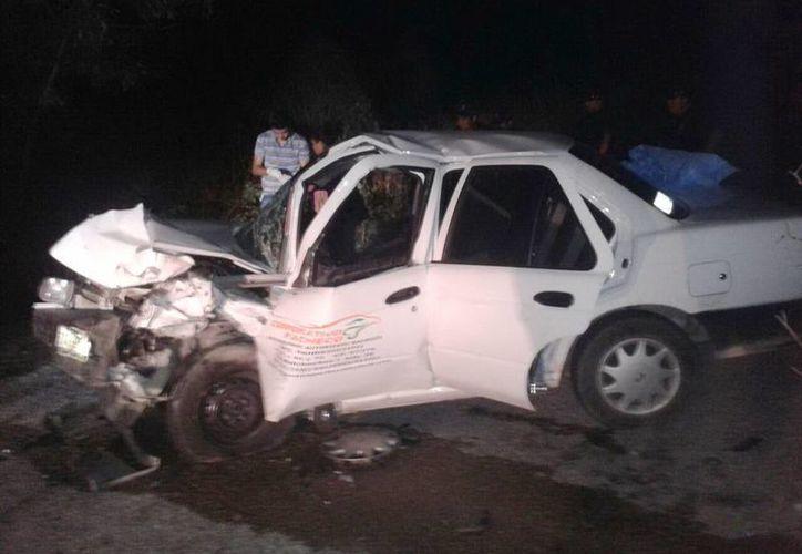 El vehículo que manejaba el empleado de ventas quedó por completo destrozado, cerca de Yaxcabá. (Milenio Novedades)