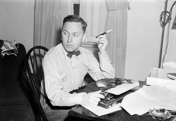 """En esta foto del 11 de noviembre de 1940, el dramaturgo Tennessee Williams frente a su máquina de escribir en Nueva York. """"Crazy Night"""", un cuento de ficción de Williams, se publicó en la edición de primavera de The Strand Magazine, una revista trimestral con sede en Birmingham, Michigan. (Agencia)"""