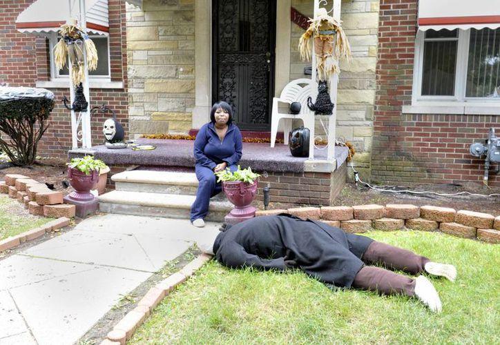 El maniquí colocado boca abajo en el patio delantero de una casa como parte de la decoración de Halloween  ha provocado repetidas visitas de la policía. (Agencias)