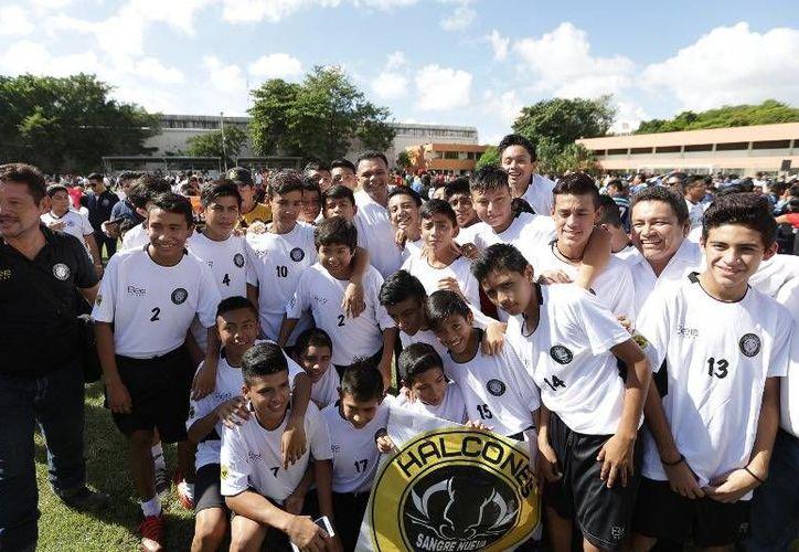 El gobernador Rolando Zapata Bello inauguró este domingo la temporada 2016-2017 de la liga de fútbol <i>Juan N. Cuevas</i>, en la Escuela Modelo. (SIPSE)