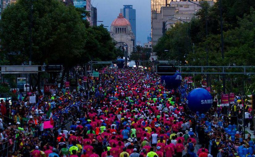 Salud del DF informó que se brindó dos mil 135 atenciones médicas menores a los maratonistas, la mayoría de los casos fue por deshidratación y torceduras. (Notimex)