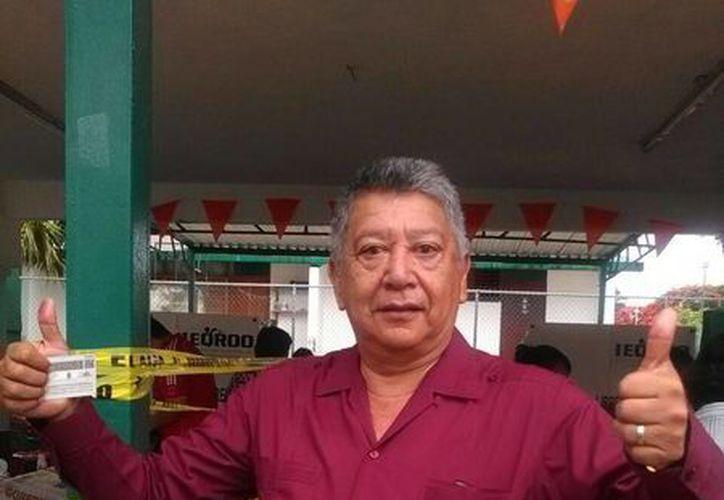 Julián Ramírez Florescano emitió su voto. (Raúl Caballero/SIPSE)