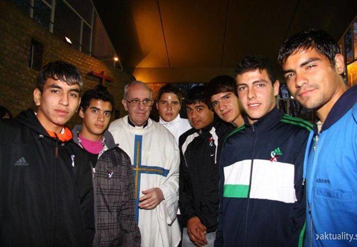 Foto difundida por el club argentino de fútbol San Lorenzo, y en la que el nuevo Papa, posó con jugadores dentro de la capilla del equipo en Buenos Aires, Argentina. (Agencias)