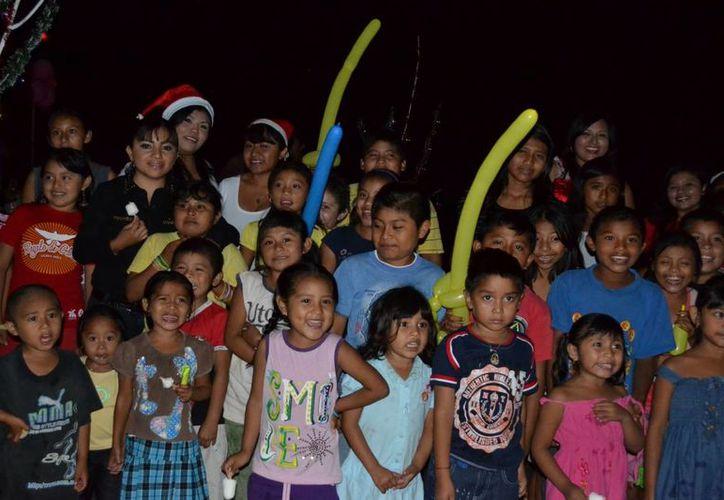 organizaron un show de payasos, baile de botargas, concursos, bailables y una obra de teatro. (Manuel Salazar/SIPSE)