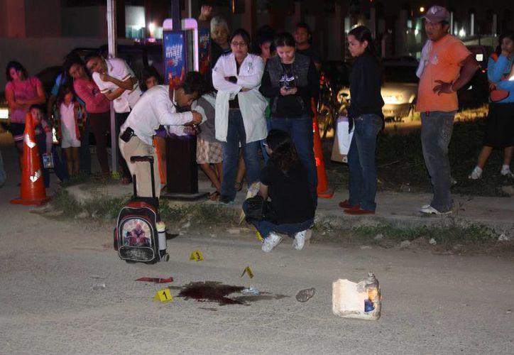 Peritos de la FGE toman datos del lugar de la tragedia. (Jorge Pallota/SIPSE)