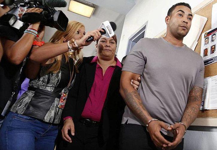 Don Omar, detenido el pasado 17 de septiembre, pagó una parte de la fianza de 600 mil pesos que le impuso una juez, para quedar en libertad condicional. Esta sábado, se informó que la juzgadora le dio permiso de viajar a Nueva York para cumplir con un concierto previamente programado. (excelsior.com.mx)