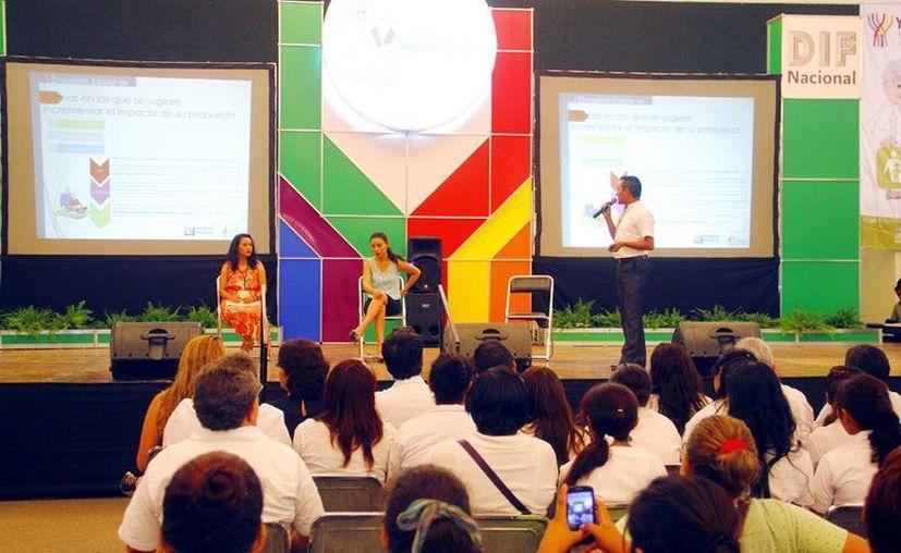 Ale Uribe González, del Conager, durante su exposición, quien afirma que falta la dignificación de la vejez. (Milenio Novedades)