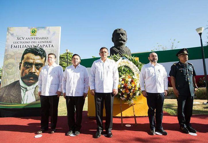 El gobernador Rolando Zapata Bello encabezó el homenaje luctuoso a Emiliano Zapata, en la colonia Tanlum de Mérida. (SIPSE)