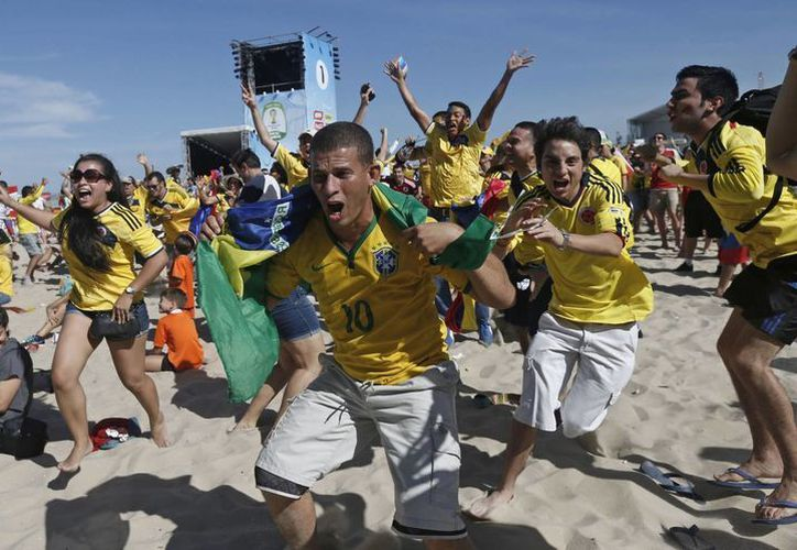 Colombianos celebran en Copacabana la victoria de su selección ante Grecia en el Mundial, mientras en Colombia los festejos han cobrado ya varias vidas. (Foto: AP)