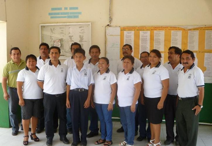 El estudiante acompañado de maestros y maestras de la escuela primaria. (Raúl Balam/SIPSE)